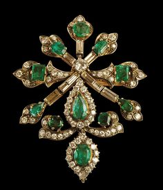 Pendente con diamanti e smeraldi  in oro 18Kt utilizzabile anche come spilla, completamente snodata. XX secolo prima metà