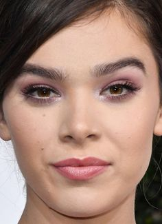 Close-up of Hailee Steinfeld at the 2017 Golden Globe Awards.