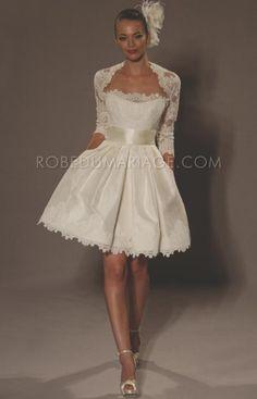 Juste pour le boléro!  Robe de mariée courte pour mariage civil  cliquez : http://www.robedumariage.com/robe-sans-bretelle-agrementee-de-ruban-et-de-dentelles-mi-longue-en-satin-product-2652.html