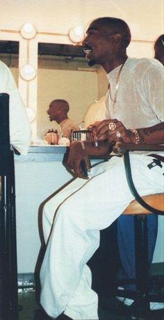 Tupac Shakur, 3 Jun 1996 behind the scenes of Hit Em Up Tupac Shakur, Tupac Wallpaper, Rap Wallpaper, Arte Do Hip Hop, Hip Hop Art, Skin Girl, Tupac Art, Tupac Pictures, Tupac Makaveli