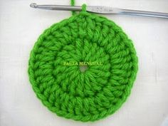 Paula Mengual Tejidos de Autor: Tutorial Agarradera de frutilla (Crochet) Crochet Bow Pattern, Crochet Bows, Newborn Crochet, Strawberry, Beanie, Knitting, Hats, Fabric, Dish Towels