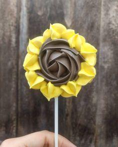 Balas di aliceさんはInstagramを利用しています:「Pirulito personalizado em girassol para Marsha e o urso 🐻👧 . . . #pirulitosdesuspiros #suspiros #suspirospersonalizados…」 Baked Meringue, Meringue Pavlova, Meringue Desserts, Meringue Cookies, Yummy Cookies, Fondant Cakes, Cupcake Cakes, Macarons, Cupcakes Decorados