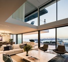 MM Modern House in Sydney is made from the idea of creating clear connections with Sydney Harbor's iconic landscape. Designed by KA Design Studio Luxury Modern Homes, Modern Home Interior Design, Luxury Interior, Big Living Rooms, Home Living Room, Interior Minimalista, Villa, Cool House Designs, Cozy House
