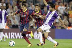 El delantero chileno del FC Barcelona Alexis Sánchez (i) disputa el balón con el centrocampista del Real Valladolid Javier Baraja (d), dura...