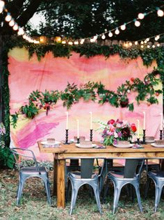Summertime party with a fab backdrop: http://www.stylemepretty.com/living/2015/06/25/friendship-florals-a-backyard-celebration/ | Photography: Jenna McElroy - http://jennamcelroy.com/
