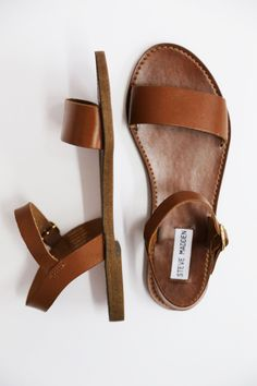 Sandály Donddi By Steve Madden {Cognac} - The Rage - 1 Sock Shoes, Cute Shoes, Me Too Shoes, Shoe Boots, Shoe Bag, Zapatos Shoes, Shoes Sandals, Flat Sandals, Cognac Sandals