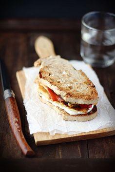 Panino con la frittata di ceci e verdure grigliate
