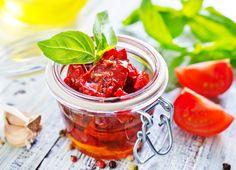Pomidory na zimę warto zrobić sierpniu, kiedy stragany uginają się ogromnej ilości tego warzywa w niskich cenach. I co najważniejsze - pełne smaku pomidory to pyszne, aromatyczne przetwory.