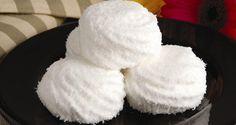 MARIA-MOLE Ingredientes 1 envelope de gelatina em pó sem sabor (12 g) 5 colheres (sopa) de água fria 1 lata de creme de leite 1 lata de leite condensado 1 xícara (chá) de coco fresco ralado  Modo de preparo Junte a gelatina à água e leve ao fogo em banho-maria para amolecer. Adicione o creme de leite, o leite condensado e bata no liquidificador até obter um creme homogêneo. Coloque em um recipiente refratário retangular de 30 x 20 cm e leve à geladeira por aproximadamente 3 horas ou até que…