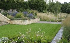 jardin en pente avec herbe et graminées vivaces