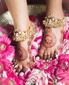 Looking for A simple feet mehndi design? Browse of latest bridal photos, lehenga & jewelry designs, decor ideas, etc. on WedMeGood Gallery. Indian Wedding Jewelry, Indian Jewelry, Bridal Jewelry, Bridal Accessories, Indian Bridal, Jewelry Accessories, Fashion Accessories, Leg Mehndi, Legs Mehndi Design