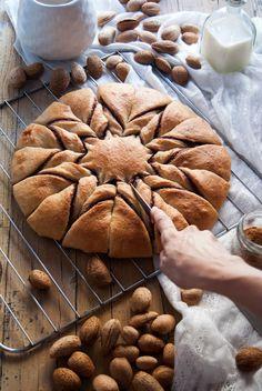 La asaltante de dulces: Receta de flor de canela, chocolate y almendra/ Cinnamon, chocolate & almond flower bun recipe. Delicious!