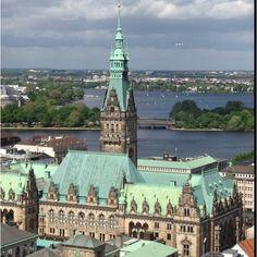 Hamburg, Blick auf die Binnen- und Außenalster, das Rathaus, die Börse. Jaja da sitzen die Pfeffersäcke