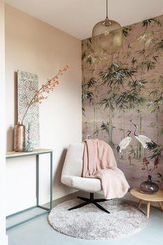 Dit fijne draaifauteuiltje van Cartelliving staat hier in een zachte kleur, mooi  bleek bij de mural van Coordonné. Wat een heerlijk plekje om even te relaxen. Wil je ook een lekker leeshoekje of gewoon een mooi behang ergens? Laat je adviseren door STYLING22.