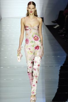 See the complete Valentino Spring 2006 Ready-to-Wear collection.