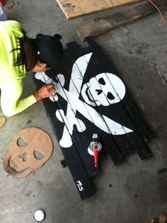 A great # DIY idea: A # # pallet # pirate flag for your # home and garden - Piraten Pirate Halloween Party, Pirate Birthday, Holidays Halloween, Halloween Crafts, Art Birthday, Halloween Signs, Deco Pirate, Pirate Day, Pirate Theme