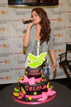 alsways too cute! #selenagomez #selgomez #starsdance #rihanna #nickiminaj #onedirection #cake