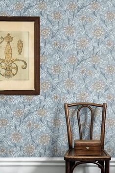 Wallpaper Zinnia grey is a botanical pattern that gives the room character. Light beige shades on a grey background with a hint of gold. Hallway Wallpaper, Dining Room Wallpaper, Wallpaper Size, Flower Wallpaper, Pattern Wallpaper, Bedroom Wallpaper, Zinnias, Gray Background, Ink