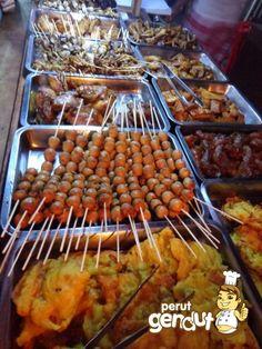 Sedang jalan-jalan ke Klaten? Angkringan sego kucing ini wajib kamu datangi http://www.perutgendut.com/reviews/read/angkringan-sego-kucing-klaten/381 #Indonesia #Food