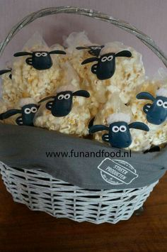Shaun the sheep popcorn treats - Diy Geburtstag Basteln Farm Birthday, Toy Story Birthday, Toy Story Party, Birthday Lunch, Petting Zoo Birthday Party, Toy Story Food, Farm Animal Birthday, Dragon Birthday, Birthday Parties