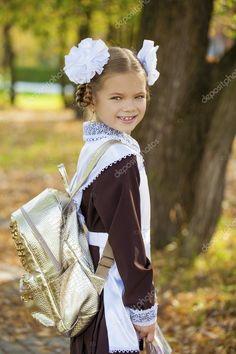 Портрет красивой молодой первоклассника в праздничной школа u — стоковое фото School Forms, Back To School, Marie, Flower Girl Dresses, Stock Photos, Portrait, Wedding Dresses, Russia, Beautiful