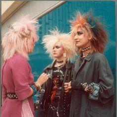 Crestas, chupas de cuero y revolución social: el punk cumple cuarenta años.                The Photographer's Gallery celebra el cuarenta aniversario del punk con una colección inédita de imágenes sobre la explosión de esta subcultura.