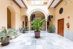 Hospédate en una antigua casa-palacio de Jerez con el típico patio central.