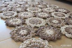crochet t-shirt de fios trapillo padrão de flor tapete - por Osa Einaim…