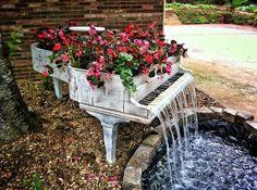 piano viejo convertido en jardinera con cascada