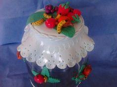Vidro com tampa decorada com frutinhas feito a mão e sob encomenda.