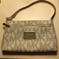 Michael Kors Clutch ✨ Only used a couple times. Flawless condition! Perfect for essentials or a night out! Small card holder pockets on the inside, another small pocket inside & a zip pocket on the outside! MICHAEL Michael Kors Bags Mini Bags