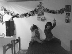 Mentre tutti appendono palle nell'albero noi apprndiamo foto sul muro!