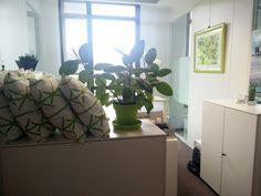 L'un de nos bureaux préférés : celui de Florence, Assistante du Directeur de Contrôle de Gestion et du Plan Pôle Finances Groupe. Ambiance zen, coussin confortables, bambous et plantes en pots pour le confort de son occupante et de ses collègues.