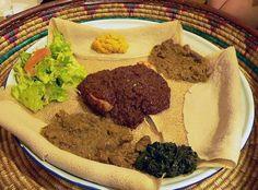 Cozinha Etíope. Comida da Etiópia. Cozinha etíope e eritreia típicas: Injera (panqueca parecido com o pão) e vários tipos de wat (guisado).