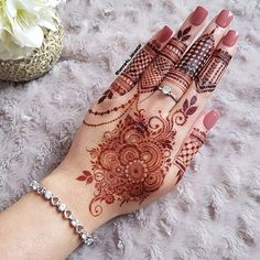 All this fame henna tattoo design is always easy just because that many celebrities to get mehndi in Tatto design. Henna Hand Designs, Dulhan Mehndi Designs, Mehandi Designs, Mehndi Designs Finger, Pretty Henna Designs, Modern Henna Designs, Indian Henna Designs, Stylish Mehndi Designs, Mehndi Designs For Girls