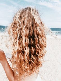 Do you like your wavy hair and do not change it for anything? But it's not always easy to put your curls in value … Need some hairstyle ideas to magnify your wavy hair? Hair Inspo, Hair Inspiration, Cabelo Rose Gold, Curly Hair Styles, Natural Hair Styles, Good Hair Day, Grunge Hair, Pretty Hairstyles, Easy Hairstyles