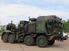 MAN HX81 44.680 8x8 BBS, Sattelzugmaschine Schwerlasttransporter 2 (SLT 2) MAMMUT für 70 to Auflieger und Fahrzeugschutzausstattung (FSA- geschützte Fahrerkabine)) einer Logistikeinheit der deutschen Streitkräfte. Aufgenommen beim Tag der offenen Tür des Truppenübungsplatzes (TrÜbPl)/ Kaserne Altengrabow, 9.Mai 2015. Army Vehicles, Armored Vehicles, Rescue Vehicles, Rally Dakar, Bbs, Armored Truck, Truck Art, Big Rig Trucks, Heavy Truck