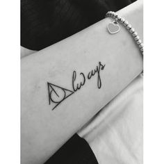 13 Harry Potter Tattoos (oder wie man etwas Magie auf der Haut trägt) - Harry Potter Tattoos Informationen zu 13 tatuajes de Harry Potter (o cómo llevar un poco de magia e - Mini Tattoos, Trendy Tattoos, New Tattoos, Tatoos, Fandom Tattoos, White Tattoos, Arrow Tattoos, Word Tattoos, Temporary Tattoos