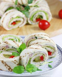 Tortilla z serem i z szynką. Tortilla with cheese and ham. Tortilla Rolls, Caprese Salad, Fresh Rolls, Ham, Tapas, Food And Drink, Pizza, Cheese, Ethnic Recipes