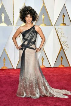 Halle Berry Shimmers on the Red Carpet at the Oscars 2017 in Atelier Versace Hairstyles With Glasses, Pixie Hairstyles, Black Women Hairstyles, Fringe Hairstyles, Wedding Hairstyles, Feathered Hairstyles, Bouffant Hairstyles, Ladies Hairstyles, Updos Hairstyle