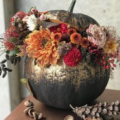 Deco Floral, Arte Floral, Fall Wedding Decorations, Thanksgiving Decorations, Classy Halloween, Halloween Diy, Pumpkin Flower, Pumpkin Centerpieces, Autumn Decorating