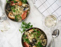 Rejer, hummerhaler og muslinger smager fantastisk og er lækker sommermad - her serveret som lækker skaldyrsrisotto - få opskrift her