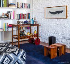 Carrinho de chá e banquinhos de madeira da Marcenaria Baraúna trazem aconchego ao decor.