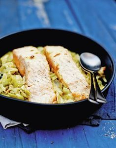 Salmon on a bed of leeks for 6 people Elle à Table Recipes Salmon Recipes, Meat Recipes, Healthy Recipes, Goulash Recipes, Juice Recipes, Healthy Food, Oven Baked Salmon, Slow Food, Gastronomia