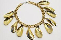 Poétique comme à son habitude, la créatrice Ligia Dias propose, cette saison, une collection à l'inspiration aquatique.  Des colliers parés de perles nacrées et de surprenantes moules dorées, qu'on croirait tout juste sortis de la mer : telles sont les dernières pièces de la suissesse Ligia Dias, uneex-collaboratrice d'Alber Elbaz chez Lanvin. Celle-ci n'aime…