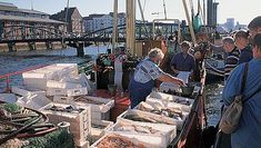 Der Fischmarkt ist einer der interessantesten Orte der Stadt. Es gibt 2000 Beschäftigte die in 120 Unternehmen arbeiten. Das Fischessen ist eine Tradition in Hambourg, weil die Stadt neben der Nordsee ist. Es ist ein Platz mit viel Handel. Es gibt verschiedene Fischsorten.