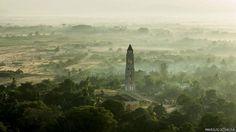 """A maioria das fotos do fotógrafo lituano Marius Jovaisa, o primeiro a fazer fotos aéreas de Cuba e lançar um livro, foram feitas ao amanhecer ou no final da tarde. """"Queria conseguir um efeito especial"""", disse o fotógrafo. E ele conseguiu, como mostra esta foto do Valle de los Ingenios, na região central da ilha. Este vale foi um dos centros de produção de açúcar mais importantes dos séculos 18 e 19"""