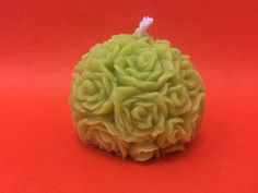 Bougies moulées forme fleur en cire végétale colorée. Disponibles dans plusieurs coloris.