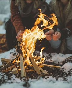Happy Campers Make Your Next Camping Trip A Success With These Tips. During a camping trip, you typically do not have access to a kitchen, heating or air conditioning. Fire Photography, Camping Photography, Winter Photography, Camping Life, Camping Hacks, Camping Packing, Camping Checklist, Camping Grill, Camping Cot