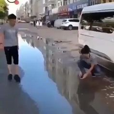 Funny Prank Videos, Funny Videos For Kids, 9gag Funny, Funny Short Videos, Crazy Funny Memes, Really Funny Memes, Funny Laugh, Stupid Funny Memes, Funny Pranks